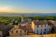 Village de Bonnieux, Provence, Luberon, France. Vue panoramique depuis le sommet du village en été. Coucher de soleil. - 184382658