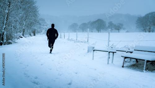 Deurstickers Jogging Wintersport joggen im Schneee