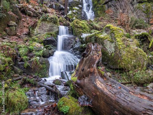 Wasserfall im Gebirge - 184404618