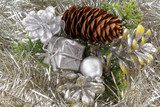 Paquet cadeau et pomme de pin sur guirlande argentée - 184411858