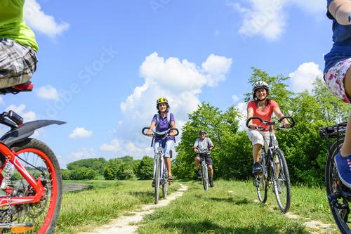 Leinwandbild Motiv entspannte Tour mit dem Fahrrad im Grünen