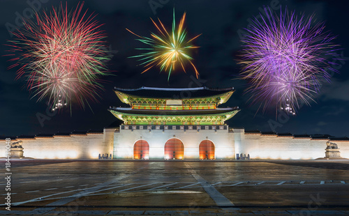 Plexiglas Seoel Seoul's New year 2018 celebration fireworks with Traditional Motifs of Gyeongbokgung Palace at night in Seoul, South Korea.