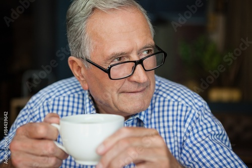 Papiers peints Cafe Thoughtful senior man sitting at cafe