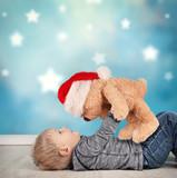 kleiner Junge mit Weihnachtsteddy - 184465424