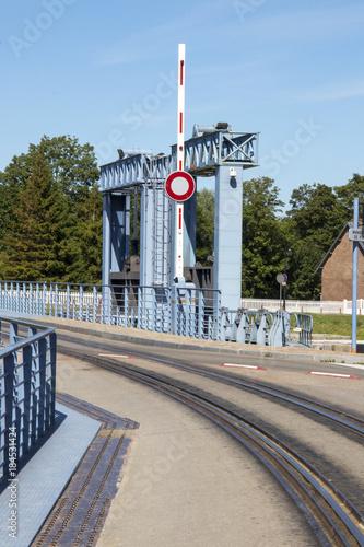 Tuinposter Spoorlijn Saint Valéry sur Somme.Voie ferrée sur le pont du port. Picardie, Somme