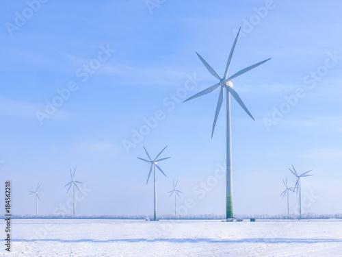 Windräder in einer Winterlandschaft Poster