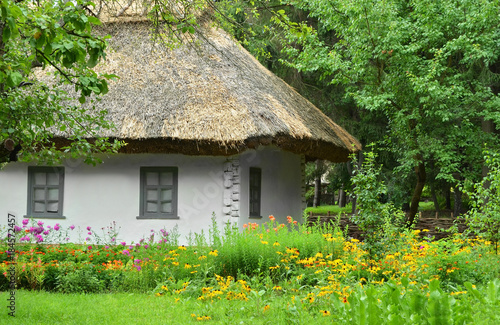 Foto op Plexiglas Kiev Ancient hut with a straw roof