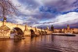 Vue du pont Charles, de la Vltava et d'un bateau touristique, Vieille ville (Stare Mesto), Prague, Bohême, République tchèque, Europe