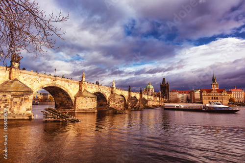 Naklejka Vue du pont Charles, de la Vltava et d'un bateau touristique, Vieille ville (Stare Mesto), Prague, Bohême, République tchèque, Europe