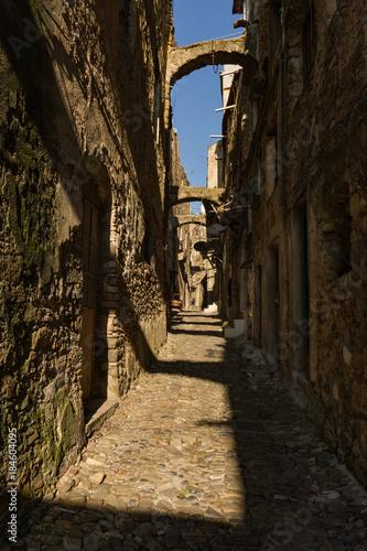 Staande foto Smal steegje Scorcio di Bussana Vecchia, Liguria - Italia
