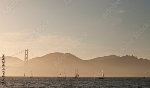 Poster Zee zonsondergang Golden Gate bridge and sailers
