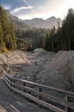 Trockenes Flussbett im Gebirge