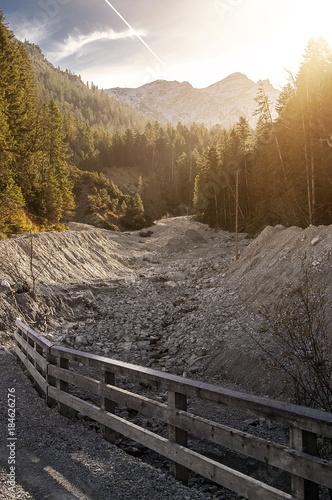 Plexiglas Bergrivier Trockenes Flussbett im Wald