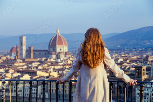 Papiers peints Florence girl looking at the Florence
