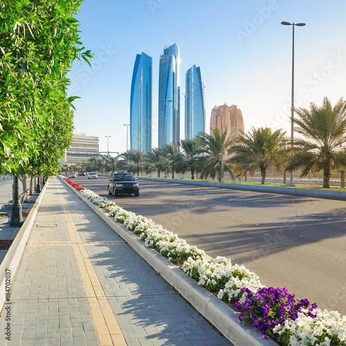 Fotobehang Abu Dhabi Hauptstrasse mit Skyline von Abu Dhabi
