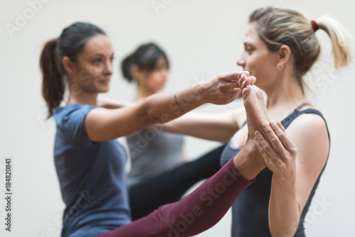 Plakat Yoga instructor and students