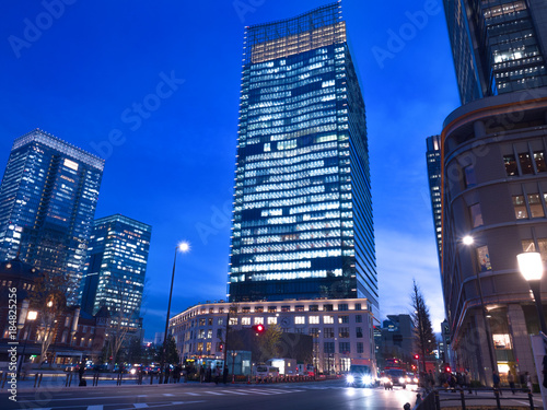 Staande foto Donkerblauw 東京駅丸の内駅前広場