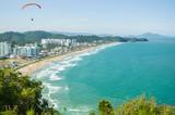 Praia com metrópole ao fundo, Balneário Camboriú, Brasil