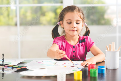 Foto Murales Little Girl Is Painting Picture At Home