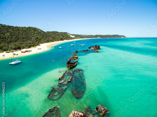 In de dag Schipbreuk An aerial view of the Shipwrecks on Moreton Island, Queensland, Australia