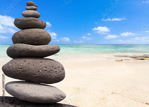 Foto op Aluminium Stenen in het Zand galets superposés zen sur fond de plage mauricienne