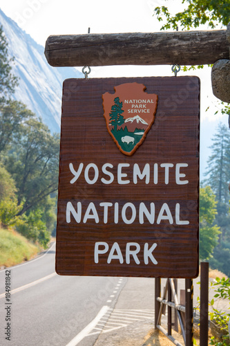 Tuinposter Diepbruine sign at entrance to Yosemite park california must see America