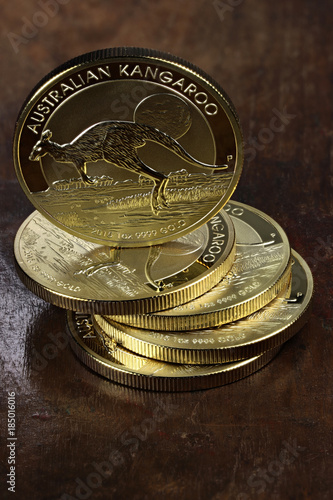 Aluminium Kangoeroe 1 ounce Australian Kangaroo gold bullion coins on wooden background