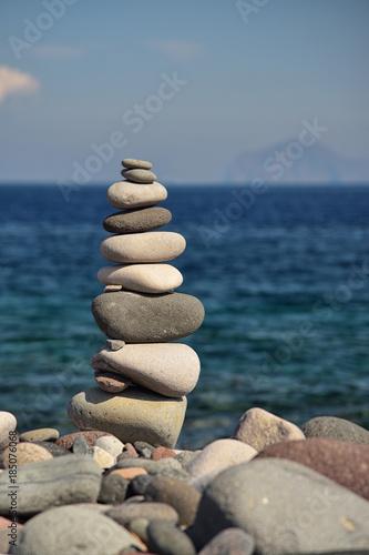 Gestapelte Steine am Meer  - 185076068