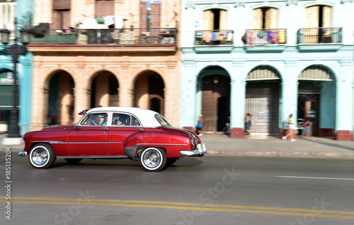 In de dag Havana Panning shot of American vintage car travelling in Paseo de Marti, Old Havana, Cuba