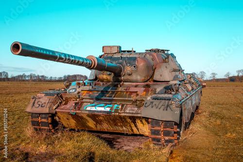 Stary czołg - zardzewiały - pole bitwy