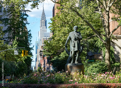 Foto op Aluminium New York New York City cityscape scene in Gramercy Park with the Midtown Manhattan skyline skyscrapers in the background