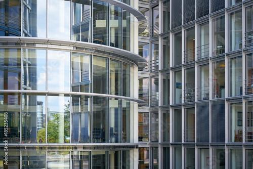Glasfassade eines Bürogebäudes in der Innenstadt von Berlin