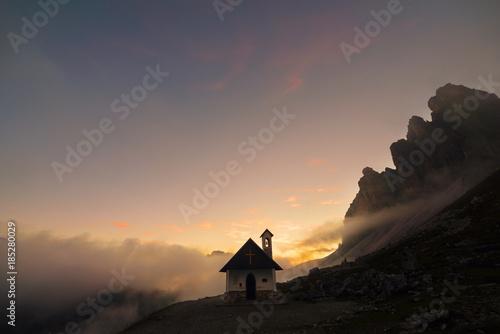 Fotobehang Zalm Tramonto sulla chiesetta alle spalle delle Tre cime di Lavaredo