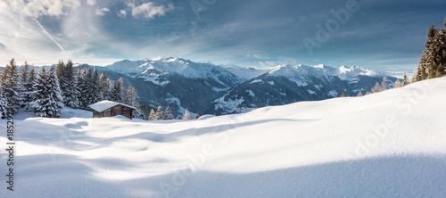 Winterpanorama mit Hütte in den österreichischen Alpen - 185292406