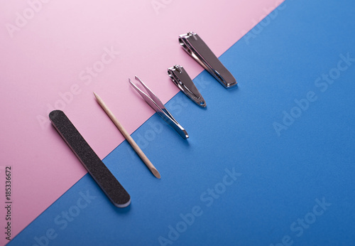 Aluminium Pedicure Utensilios para manicura sobre fondo rosa y azul. Lifestyle.