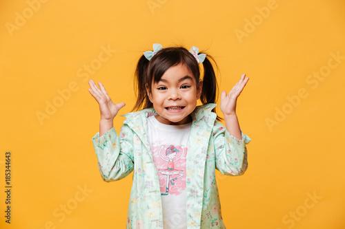 Foto Murales Shocked little girl child standing isolated