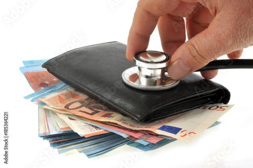 Stetoskop odpoczywa na portfelu wykładającym z banknotami
