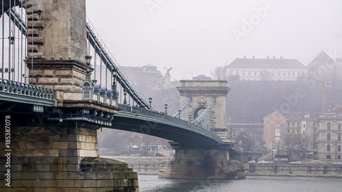 Foto op Plexiglas Boedapest Chain Bridge in Budapest looking toward Buda on a misty day