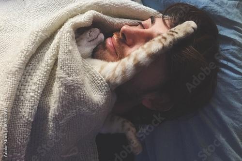 Leinwanddruck Bild gattino dorme sopra il padrone