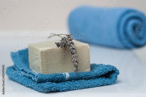 Keuken foto achterwand Lavendel Serviette de bain sur le rebord de baignoire avec savon à la lavande