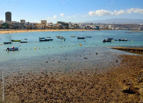 Fotobehang Canarische Eilanden Las Canteras beach at low tide, fishing boats and city, Las Palmas, Canary islands