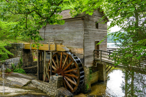 summer-mill-close-up-pelny-widok-grist-mill-w-stone-mountain-state-park-atlanta-georgia-usa