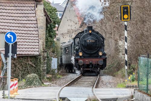 In de dag Spoorlijn Historische Eisenbahn Ortsdurchfahrt
