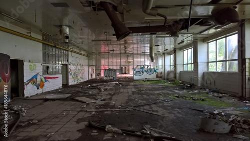 Fotobehang Oude verlaten gebouwen Lost Place - Werkshalle
