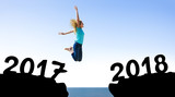 Frau springt in 2018