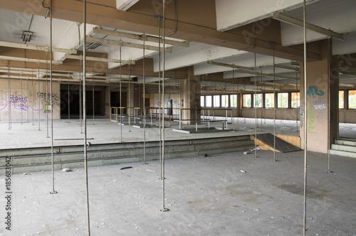 Fotobehang Oude verlaten gebouwen Hangar abandonné