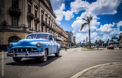 Foto op Canvas Havana HDR - Amerikanischer blauer Chevrolet Oldtimer auf der Hauptstrasse in Havanna Kuba - Serie Kuba 2016 Reportage