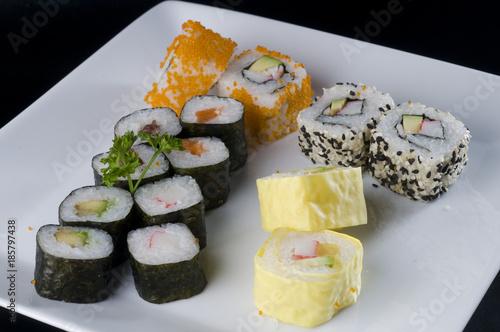 Foto op Canvas Sushi bar maki rol, Bandeja