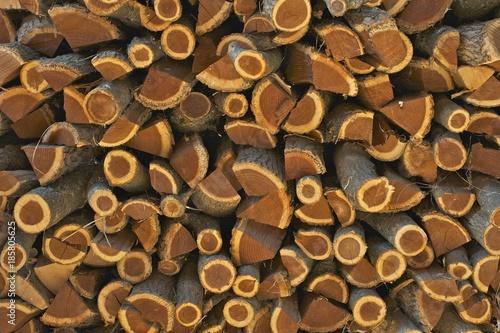 In de dag Brandhout textuur Stack of acacia firewood in daylight.
