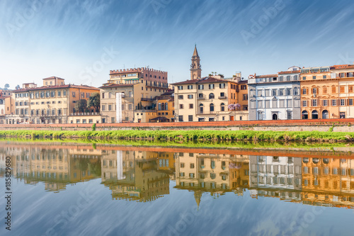 In de dag Florence Quay of the Arno River with reflection in Florence